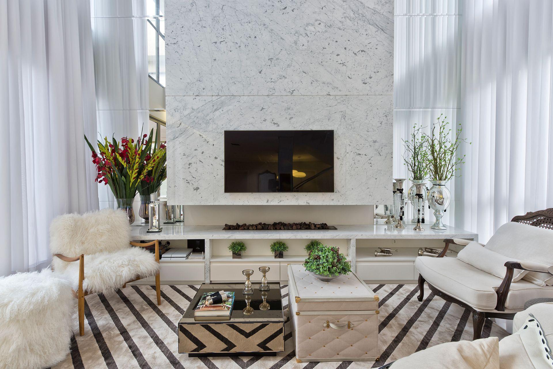 Sala de estar com lareira em tons claros
